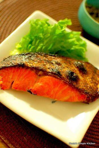 手に入りやすいお安い塩鮭も、酒粕に漬けるだけでお味がランクアップしちゃいます! 塩鮭を使うと、塩加減もいい感じに、ふんわり絶妙な味になりますよ♡