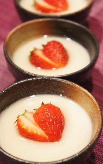 「ハチミツみそ」と「酒粕」で作ったおやつもありますよ。イチゴがアクセントの牛乳入りのブラマンジェはしっとりプルプルで、おかわりしたくなっちゃうくらいです。