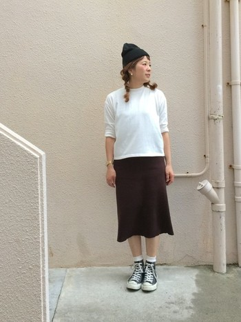 ダークカラーの柔らかなニットを使ったペンシルスカートと、スニーカーからチラッとのぞく白靴下のバランスがちょうど良いコーディネート。ニット帽とも好相性です!