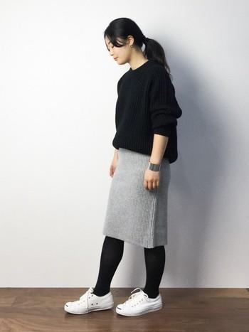黒+グレー+白の3色コーディネート。スニーカーに黒タイツを合わせると上品な印象になりますね。