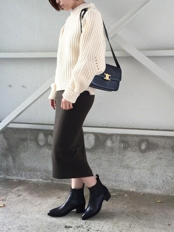今年人気のサイドゴアブーツと、ニットロングスカートの組み合わせ。柔らかく女性的なニットと男性的なブーツの甘辛ミックスコーデは、ボヘミアンな雰囲気も感じられる今年らしいスタイルです。