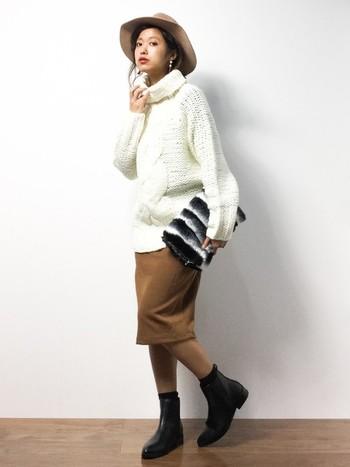 ざっくりニットのトップスには、タイトなニットスカートとブーツで下半身をすっきり見せた逆三角形のコーディネートもおすすめです。