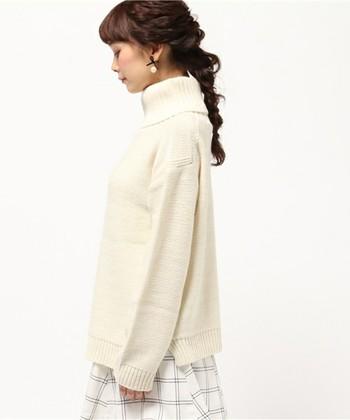 ざっくりと着れるタートルネックセーター。シンプルなデザインの1枚には、抜け感を出したみつあみヘアでより女性らしさを演出します。
