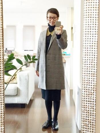 ロングジャケットを羽織ったきちんとコーデ。スカート、タイツ、オペラシューズを黒で統一すると、脚がすらっと細く長く見える効果があります。ローヒールでもきちんとした雰囲気が出るのがオペラシューズの魅力です。