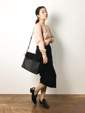 ピンクベージュのニットは、他を全て黒でまとめることできれいに着こなすことができます。オペラシューズにタイツやソックスを合わせずに履くと、パンプスのようなきちんと感が出ます。