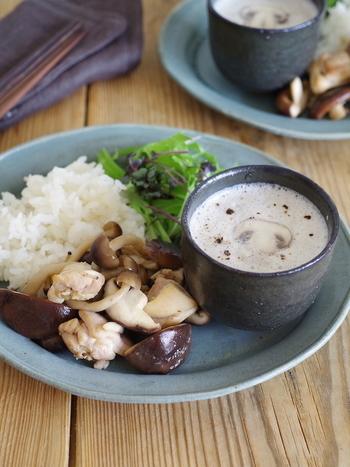 冬に飲みたい、ポタージュ。マッシュルームとアーモンドがやさしい味わいを作りますね。案外と簡単にできるレシピに驚きです。