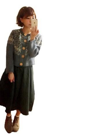 大きなボタンが可愛らしいノルディック柄のカーディガンには、ふんわりスカートを合わせてナチュラルキュートに。