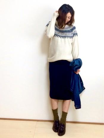 求心柄とスカートやジャケットの色をブルー系で統一した、冬のマリンコーディネート。差し色にカーキの靴下を取り入れることで、シックで大人っぽい雰囲気に。