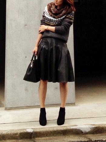 たまにはこんな、エッジを効かせたコーディネートはいかが?ほっこりかわいいノルディック柄も、ブラックやレザーのアイテムと合わせることで、クールに着こなせます。