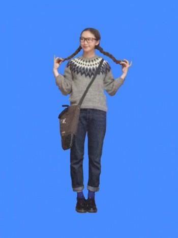 求心柄のオーソドックスなノルディック柄ニットにはジーンズを合わせて、少女のように着こなして。