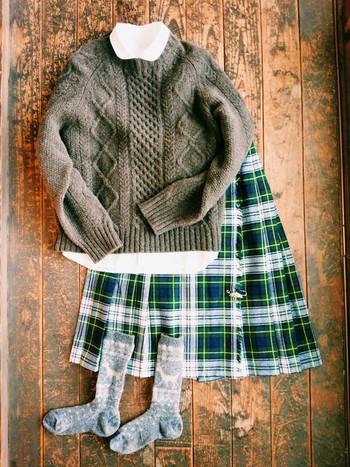 ケーブル柄やチェック柄といった、冬の定番柄と合わせてもかわいいノルディック柄。ニットから丸襟のシャツを覗かせて、スクールガール風のコーディネートに。