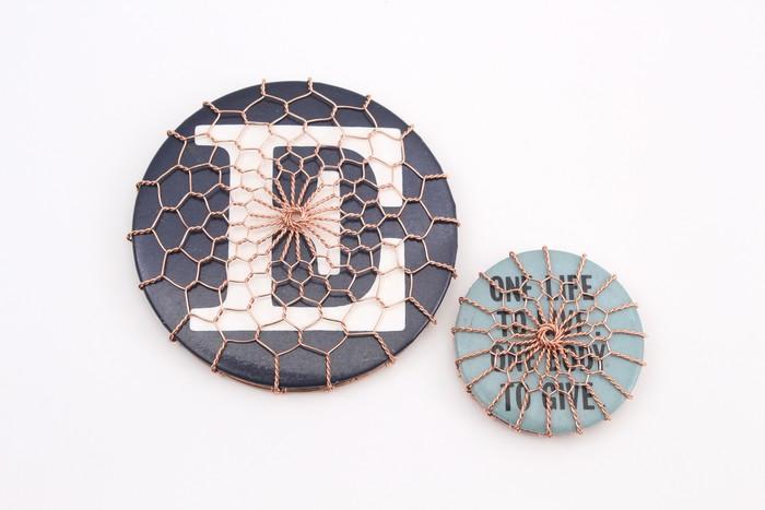 京金網の「金網つじ」とコラボレーションしたジュエリー。繊細で美しい京金網とアンティークな缶バッジの組み合わせが美しくもユニークです