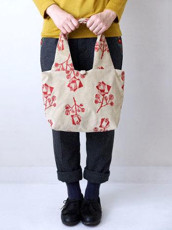 こちらのシリーズは、初めてでも取り入れやすいバッグもラインナップ。上品でクラシカルなローズの刺繍が、みんなの注目を集めそう。