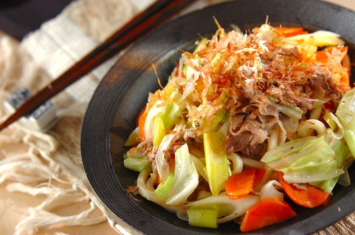 一人ご飯の味方の電子レンジを使って、時間短縮。10分位で簡単にできます。沢山のお野菜と、ゆず胡椒がマッチした焼うどんです。