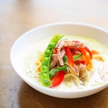 ぱぱっとフライパン一つで作れるスープパスタ。お野菜と一緒にして、栄養のバランスもいいですね。