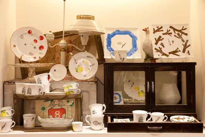 B品として眠っていた「リチャード ジノリ」の食器をキャンバスに、「ミナ ペルホネン」が新たなモチーフを描き足した人気のリメイクシリーズ