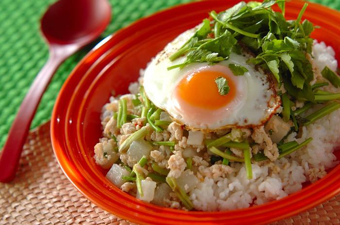 大根とセリの和の食材が、ベトナム風の甘いたれとマッチします。鶏ひき肉で、程よくヘルシーに。