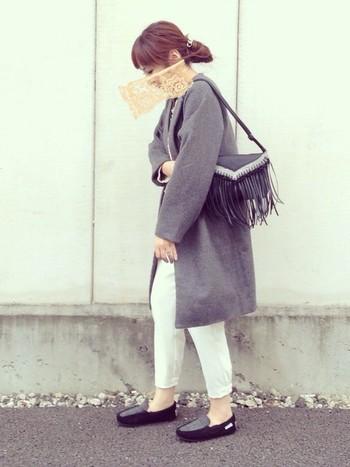 小物は色を統一するのがおすすめ。シューズとバッグの色を合わせるとコーディネートが格上げされます。白のパンツも冬にオススメですよ。