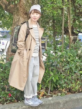 迷彩柄のリュックやスウェットパンツの着こなしも、トレンチを羽織ることで一気にお出掛けファッションになりますよ。