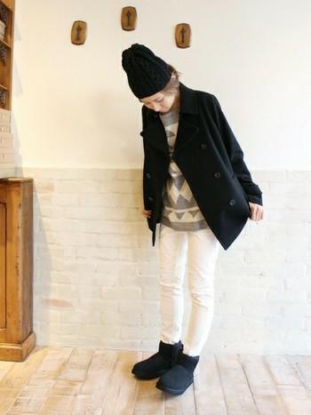 Pコートとニット帽、アグの色をブラックで統一すれば、ホワイトパンツと柄物のインナーのコーデにもアクセントがつきますね。