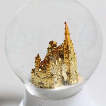 キラキラの中にキラキラ。「シュテファン大聖堂」という、オーストリアの首都ウィーンにある、ゴシック様式の大聖堂のスノードームです。