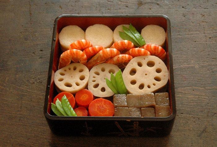 重箱を横に仕切って、3種類または5種類の料理を並べる方法です。盛り付けやすく、見た目もすっきりとまとまります。