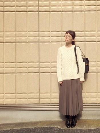 今年は白のアランセーターが人気です。大人っぽく見せたいときにはロング丈のプリーツスカートもいいですね。
