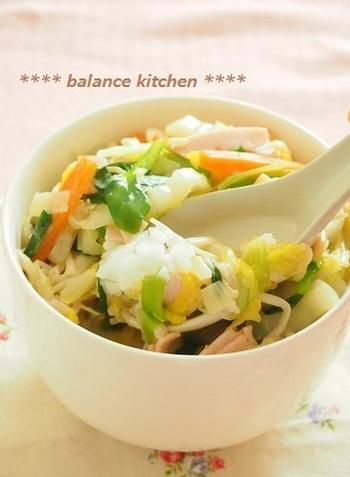 体の芯から温めるしょうが入りの丼レシピ。寒い日は水分の接種を控えてしまいがちですが、野菜の水分で無理なくとることができるのがオススメです!