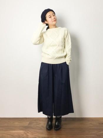 ガウチョパンツとのコーデ。シンプルなスタイルでアラン編みを際立たせています。