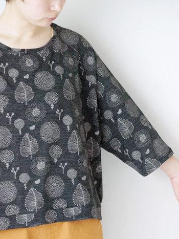 綿毛のような花や葉っぱの刺繍が散りばめられたシリーズ。ベースは独特の風合いがある天竺生地で、オールシーズン使えます。