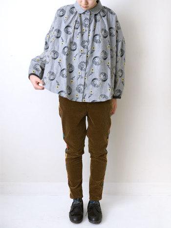 ふんわりとしたシルエットのブラウスは短めの丈で、パンツともスカートとも好相性。