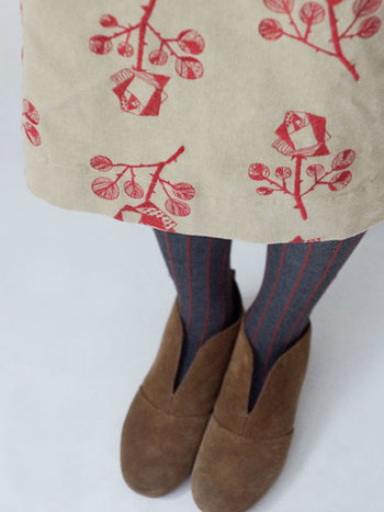 今シーズンの総刺繍には大人っぽいモチーフも登場。幾何学的にデザインされた光沢のあるローズは、よそ行きコーデをグッとセンスアップしてくれそう。
