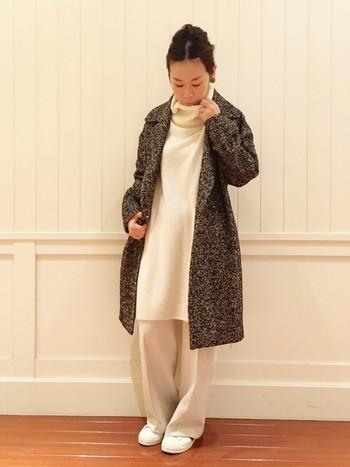 ニットワンピースと靴が白ですが、パンツが淡いベージュなので大人っぽいコーデです。ミックスのコートがいいアクセントになっていますね。