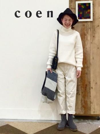 こちらはハットとバッグを黒、ストールとブーツをグレーで合わせたとてもオシャレなコーディネート。参考にしたいですね。