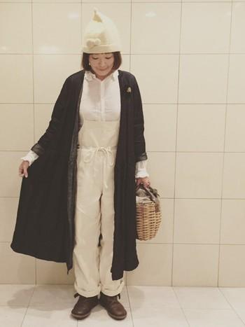 キナリ色コーデにネイビーのカシュクールをプラス。ニット帽にシューズ、バッグなど異素材のアイテムでありながら絶妙なバランスでコーディネートされていますね♪