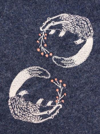 """毎シーズン大人気の総刺繍シリーズ、2015年秋冬は""""あなぐま""""モチーフが登場。気の抜けた表情がなんとも可愛らしいですね。丁寧に施されたまるっこいフォルムの刺繍は、遠目で見るとドット柄にも見えます。"""
