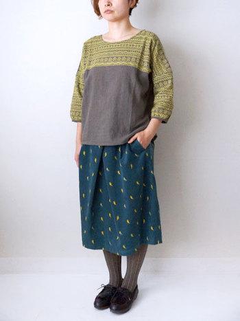 襟元から袖口にかけて施された落書き刺繍で、存在感抜群のトップス。吸湿性や速乾性に加え保温性もばっちりで、1度着ると手放せなくなります。