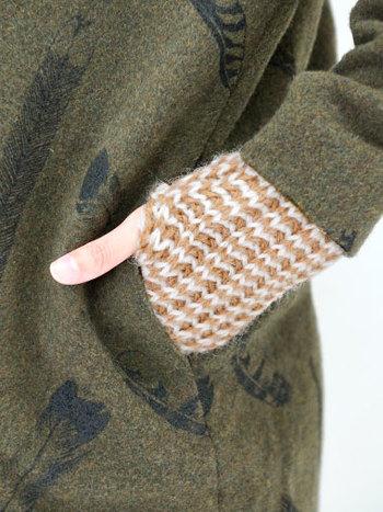 ふんわりした質感が女性らしい印象のグローブは、上質なイギリス純正ウールとアルパカで丁寧に編み上げられた一品。指先が出るので、スマートフォンの操作などもそのままできちゃうのが嬉しいですね。手のひら部分には、すべり止めのスウェード素材が付いています。