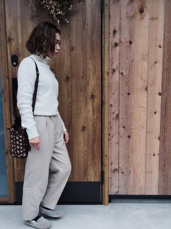 同系色のゆるパンツとグレーのモカシンをダークトーンの靴下と合わせて。バッグや靴下の色使いがコーデのアクセントになっていますね!