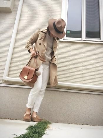 白とベージュを使ったコーデにモカシンも素敵に馴染んでいます。トレンチコートの袖やパンツの裾を、ロールアップすればこなれスタイルの出来上がりです♪