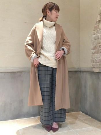 ワイドパンツとロングコートの旬なコーデに。やはりチェック柄とアランセーターの組み合わせは合いますね。袖の作り方も参考にしたいスタイルです。