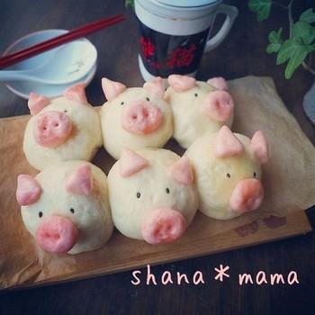 思わず「かわいい~!」の歓声が漏れる、とってもキュートな豚まん。プレゼントとしても喜ばれそうですね。二次発酵がいらず、フライパンで簡単に蒸して作れます。しかも中身はシュウマイを活用してできるというアイディアレシピ。