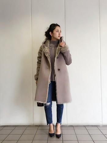 コートとセーターをグレーで統一して大人カジュアルコーデ。アランセーターは上品に着ることもできます。