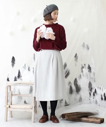 ヘリンボーンツイードの巻スカートに今年トレンドのボルドーカラーをウエストインして、柔らかい印象に。シンプルなコーディネートですが、ウエストのギャザーがポイントの可愛らしいスタイル。
