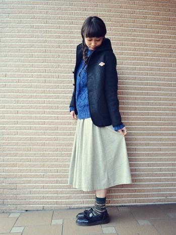 鮮やかな色のセーターもいいですね。ローファー×靴下はスカートとの相性バッチリです。