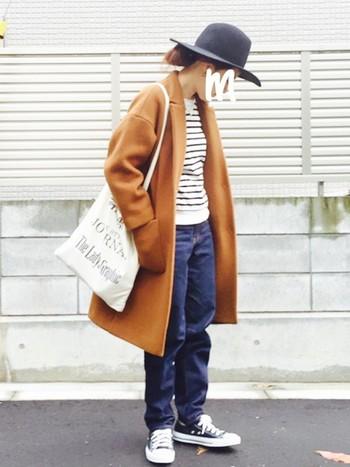 ボーイフレンドデニムにチェスターコートで、今年らしいジェンダーレスファッションの完成。ハットもかっこいい。とことんカジュアルでボーイッシュに決めるのも、アリですよね。