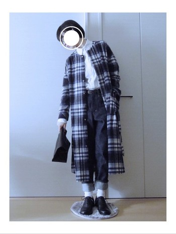 同系色のチェックコートとシューズ、バッグを合わせると統一感が出ます。シャツを白に、足元のソックスも白にしてちょっぴり軽やかさをプラスしていますね。