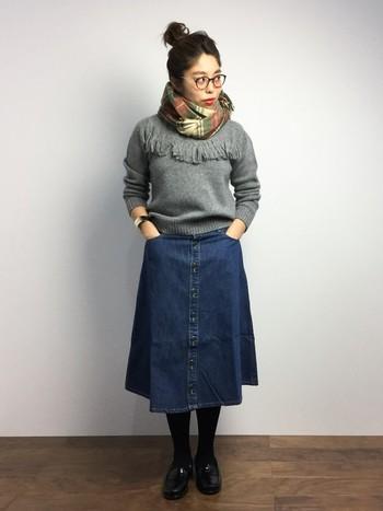 フレアなデニムスカートは女の子らしくてGOOD。一枚は持っていたいですね。フリンジつきトップスを合わせてとことん流行のコーデを楽しみましょう。