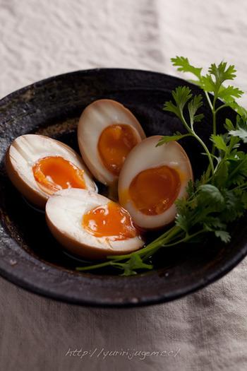 外はかたまり、中はとろとろの煮卵ですが、その絶妙さを引き出すには茹で方がポイントとなります。  こちらのレシピでは 1)卵を常温にしておく 2)熱湯に4分入れておく 3)取り出してすぐ冷水に10〜15分浸ける と、とてもシンプルに茹で方を紹介しています。  茹で時間は、家庭の環境によって若干変わってくるので4分~6分を目安に何度か試してみることをおすすめします。キッチンタイマーなどがあれば失敗することはないでしょう!