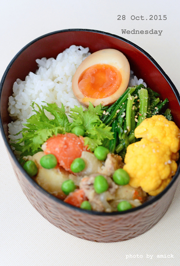お弁当を開けたときに「わぁ!きれいな色!」と思えると、それだけで美味しく食べれらますよね。  お弁当を彩るポイントですが、中国の薬膳の考え方では、食材の色を「赤・黄・青(緑)・白・黒」のバランスがとれている食事が栄養素のバランスだけでなく見た目も美しいとされているのです。煮卵だけで白と黄色を埋めることができますね!
